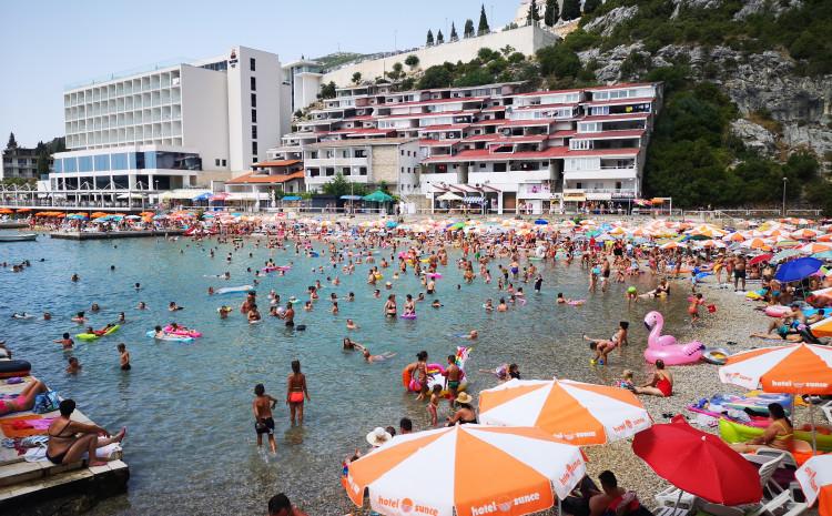 Neum: Plaže su krcate, svi kapaciteti popunjeni