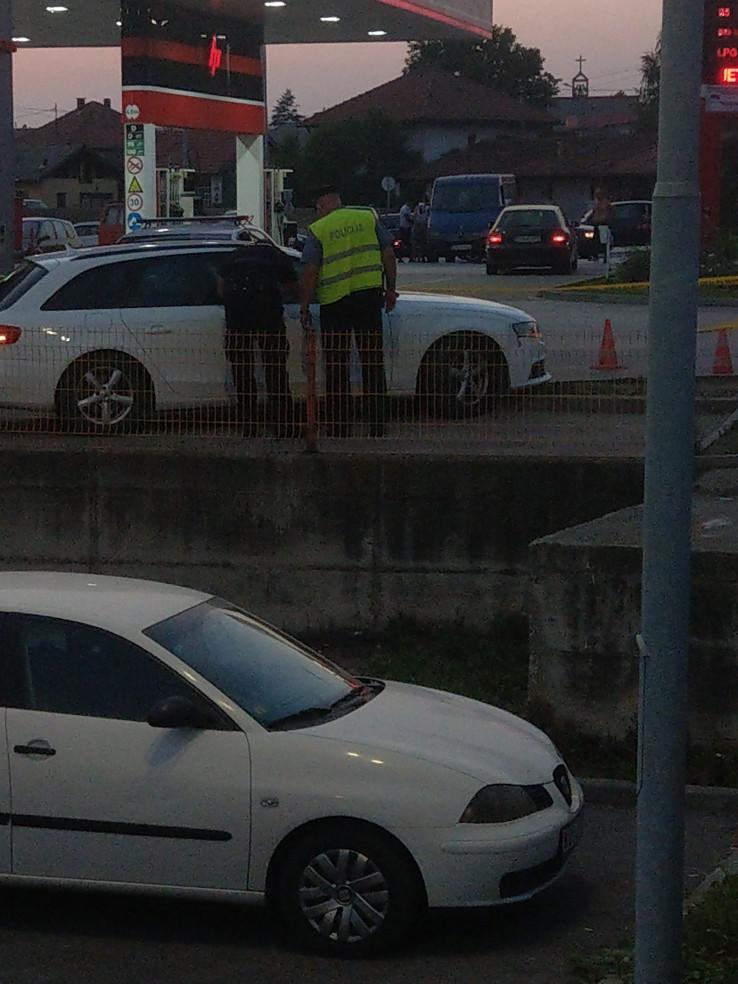 Muškarac pronađen mrtav u automobilu