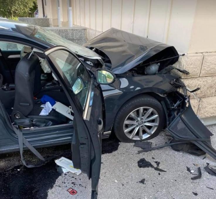 Skršeni automobil: Zabili se u zid