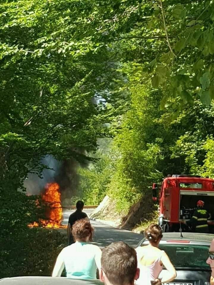 Vatra zahvatila i dio šume