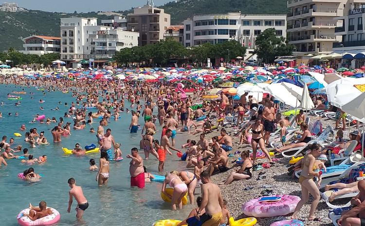 Prepuna plaža u Dobroj Vodi
