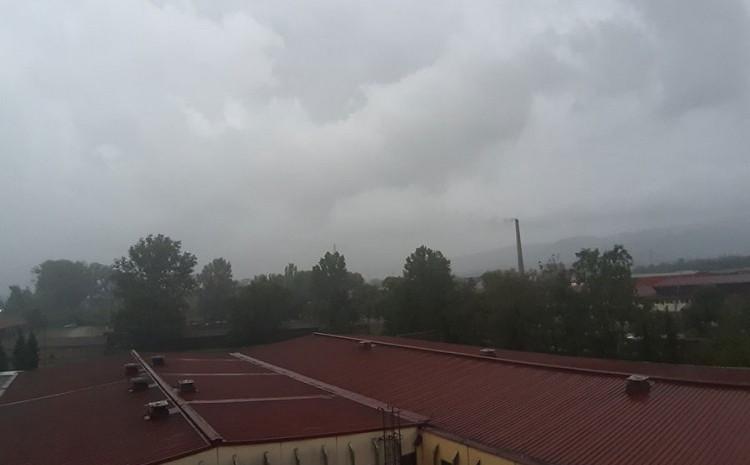 Jaka kiša praćena snažnim vjetrom i grmljavinom