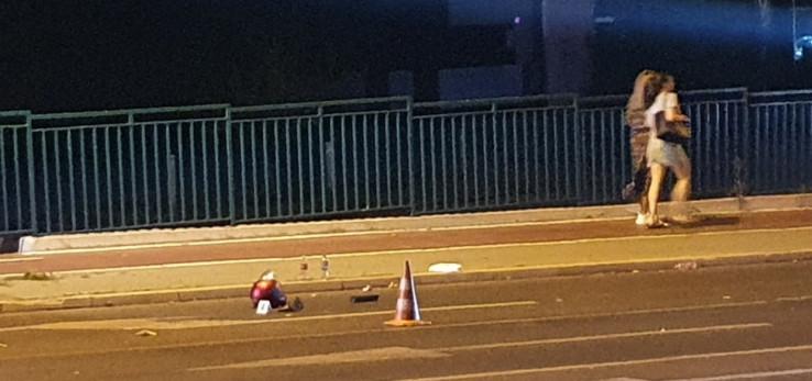 Kacige ostale na asfaltu