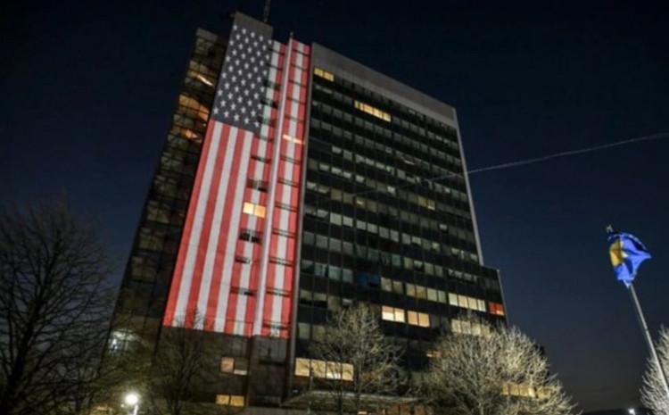 Zgrada Vlade Kosova u bojama zastave Sjedinjenih Američkih Država, aprila 2020.
