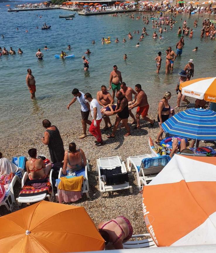Kupači pomogli u evakuaciji žene sa plaže