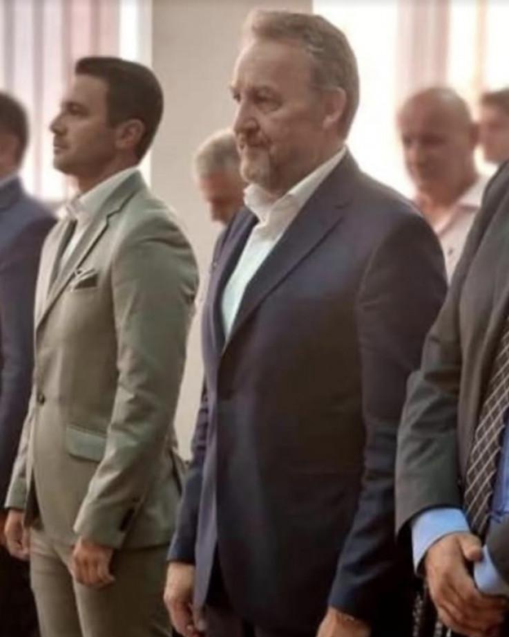 Kamber više nije za prvog reda: Preko desnog ramena Izetbegovića vidi se Kamber dok gleda u pod