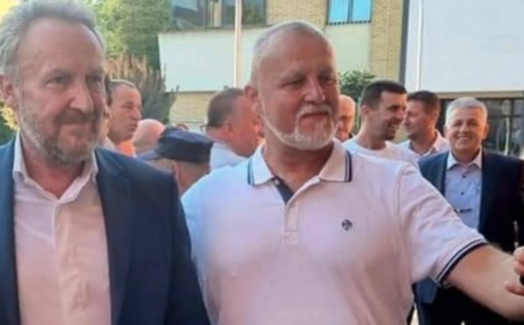 Asim Kamber (gleda s kim se fotografira Izetbegović) s osmijehom na licu na dočeku u Sanskom Mostu