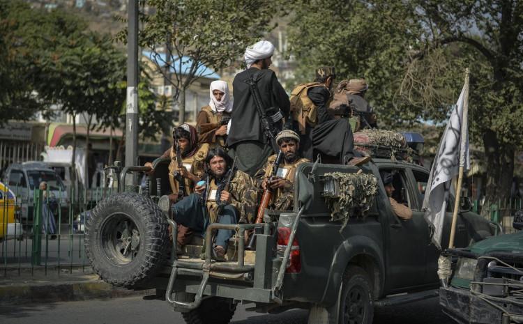 Talibanski borci patroliraju danas duž jedne ulice u Kabulu
