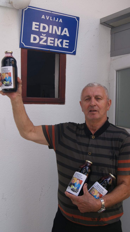 Grgić pokazuje sok od aronije