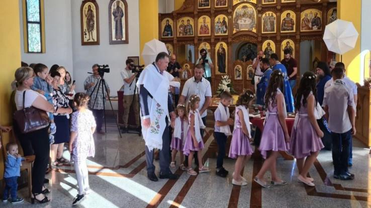 Djecu je u crkvi Svetog Vasilija Ostroškog krstio sveštenik Miloš Lasica