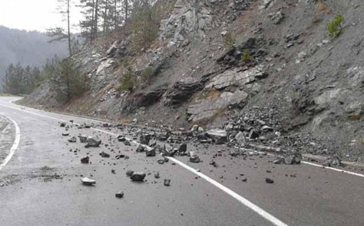 Zbog kamenja na cesti otežan saobraćaj