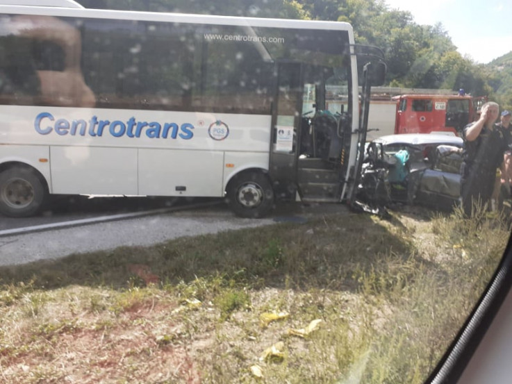 Minibus smrskao vozilo