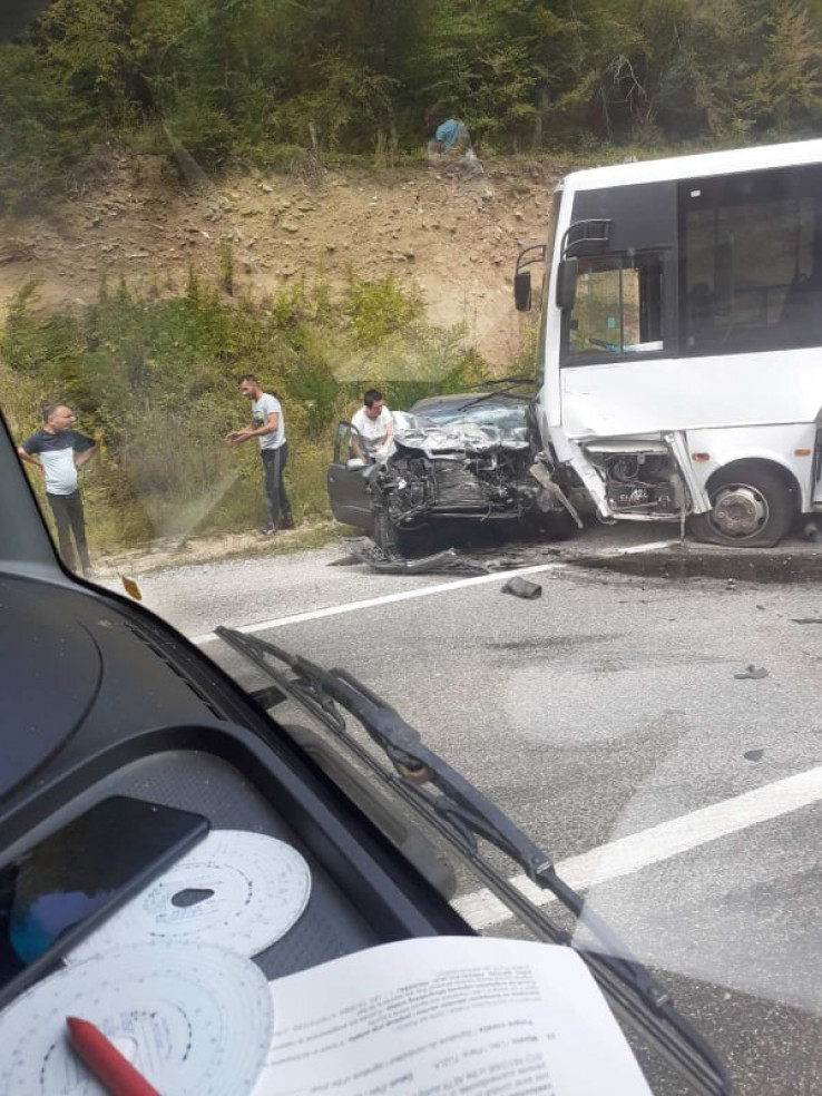 Vozači pokušali pomoći ženi i muškarcu u vozilu