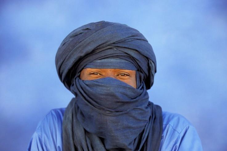 Muškarci Tuarezi nose plave turbane i pokrivaju lice