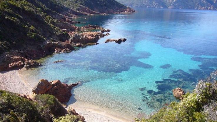 Korzika je otok na 200 km udaljenosti od Azurne obale
