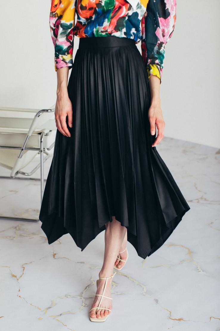Crna suknja je uvijek dobar izbor