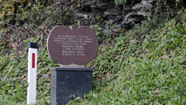 Spoemnik Aljoši i Draženu na mjestu nesreće