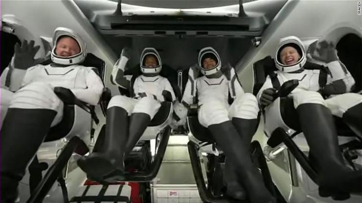 Ekipa iz SpaceX-a nakon što su se vratili na Zemlju