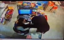 Video / Pogledajte kako je hrabra radnica prodavnice aktivirala alarm i otjerala razbojnika