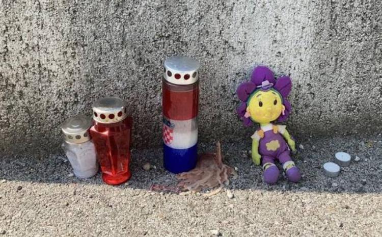 Svijeće i igračka ispred zgrade gdje su ubijena dječica