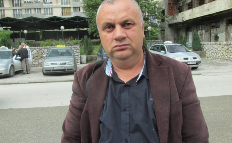 Vojin pavlović lijepio plakate u Srebrenici