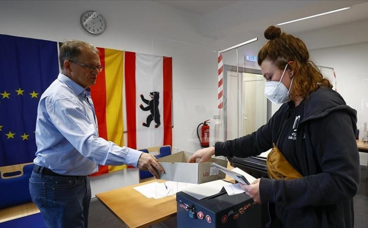 Early results published by the country's federal returning officer on Monday morning indicated that the Social Democratic Party (SPD) gained the largest share of the votes 25.7% compared to Angela Merkel's Christian Democratic Union (CDU) and its sister party Christian Social Union (CSU) with 24.1% of the votes