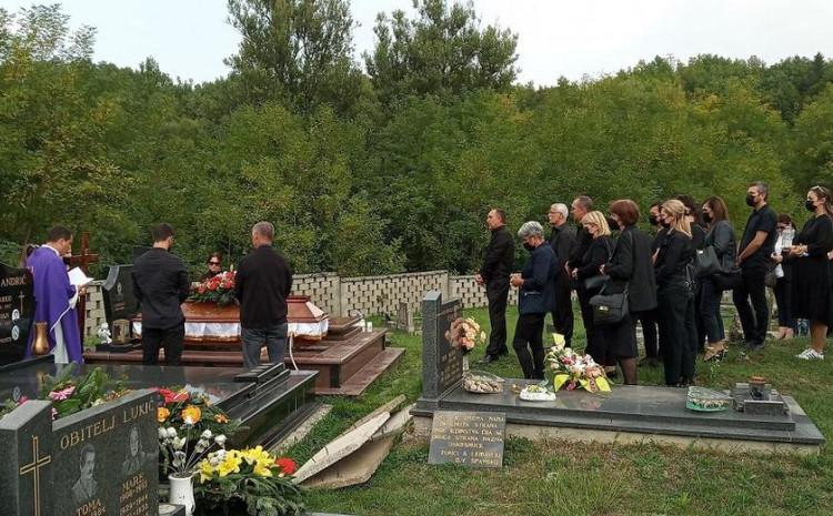 Sa sahrane bake Ruže