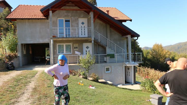 Saidova majka ispred porodične kuće