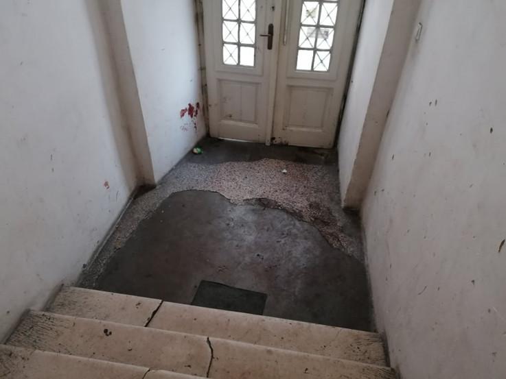 Ostali tragovi krvi na zidu u haustoru