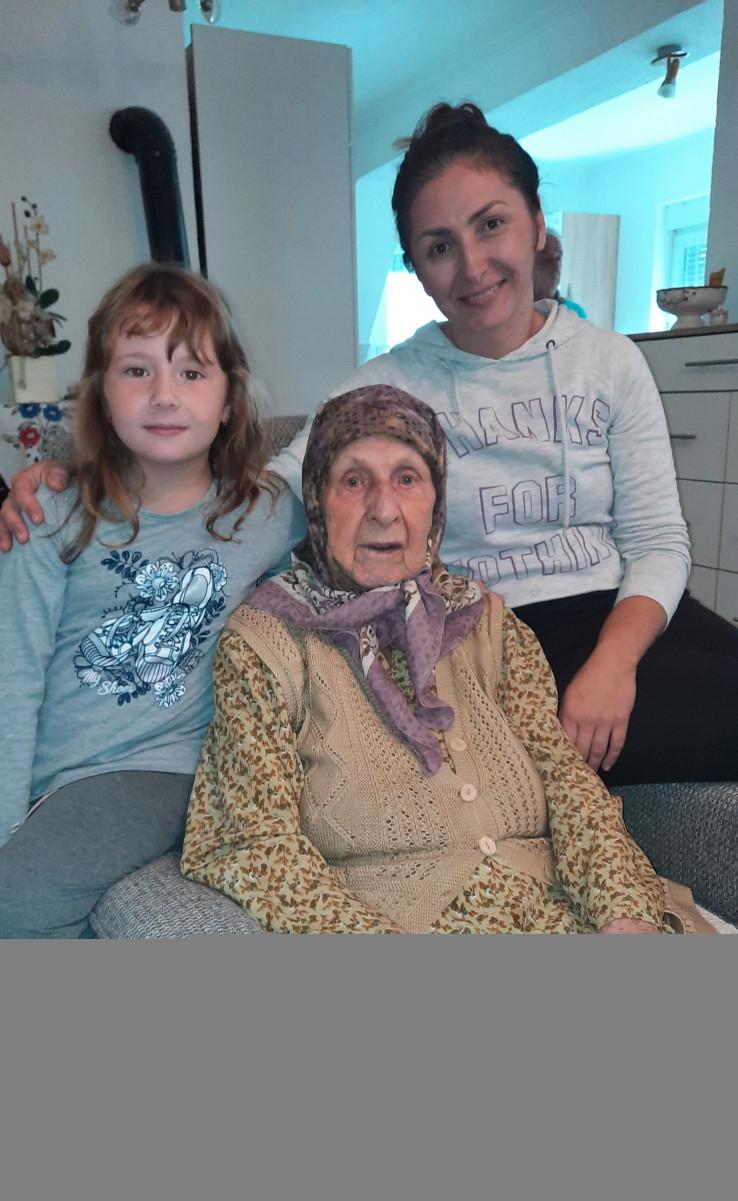 S unukom Almom i praunukom: U iščekivanju rođendana