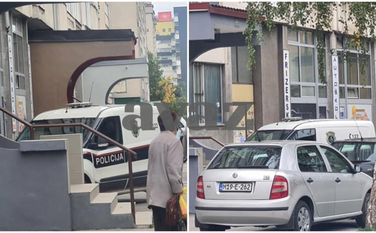 Policija ispred zgrade na Čengić Vili
